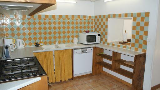 La Fermette gîte 3 étoiles à Surgères près de La Rochelle cuisine avec passe plat vers la salle à manger