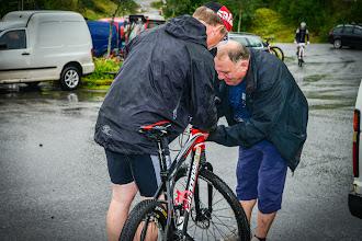 Photo: Salbuen (MX sport Fjaler) hjalp til med service før start. Noen hadde girproblem...