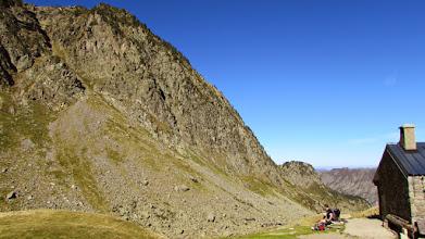 Photo: Chata se zbytkem kýty na zdi svědčícím o pastevci ovcí, který zde v letní sezóně bydlí.