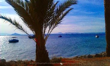 Photo:  la Manga del Mar Menor, est une barrière de sable longue de 22 kilomètres qui s'étend du Cap de Palos à la Punta del Mojon. La partie la plus large mesure 1,5 kilomètre tandis que les endroits les plus étroits dépassent à peine les 100 mètres. et 44 kms de plage de quoi de faire bronzer et se baigner - d'un côté sur la gauche en descendant la route, c'est la MAR MENOR et à droite la mer donc le choix. (sur la photo c'est côté mar MENOR) pour trouver les plages de la mer, vous devez entrer dans les petites routes de droite, bien souvent.