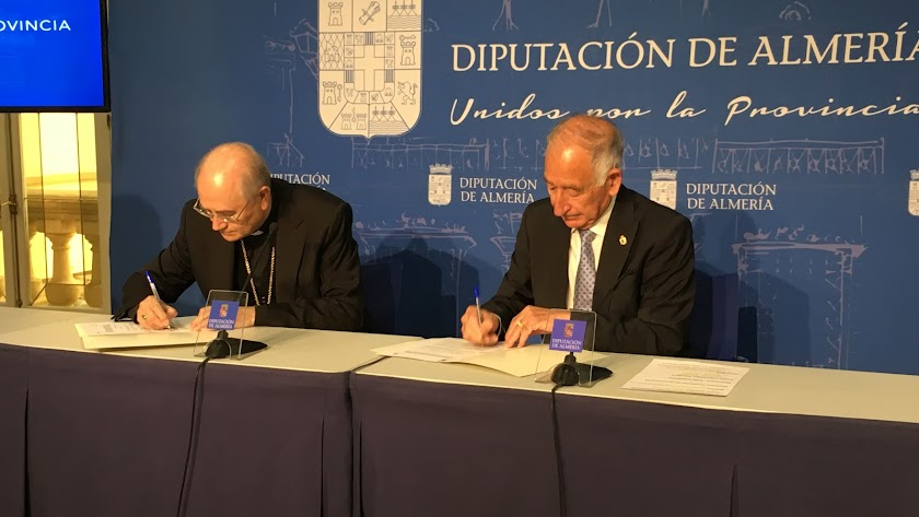 Firma del acuerdo entre Diputación y Obispado.