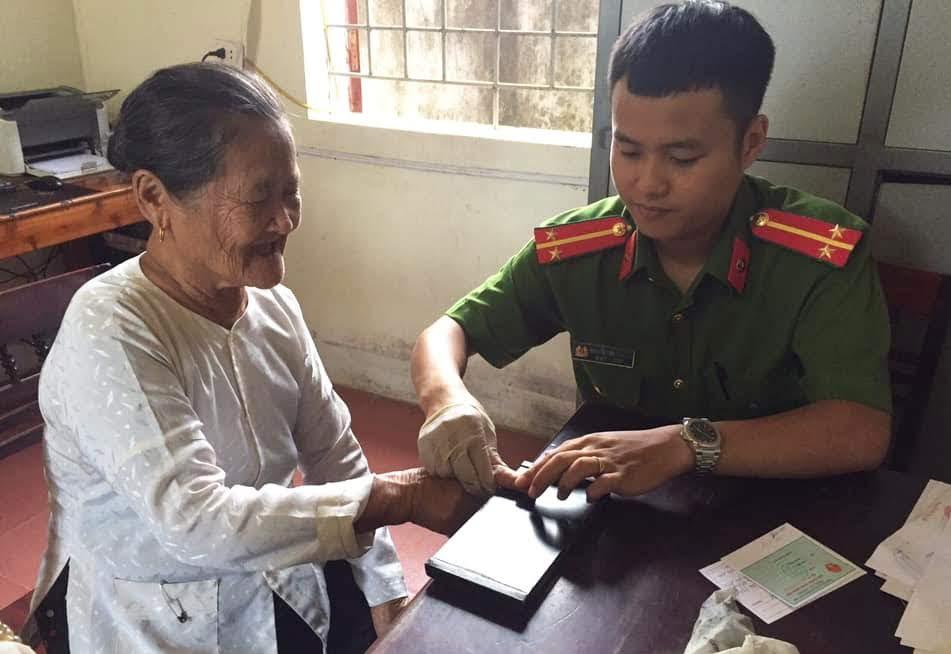 Lực lượng Công an Nghệ An đến tận nhà làm thủ tục cấp phát CMND cho người dân