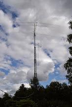 Photo: Alla antenner och kablar på plats!