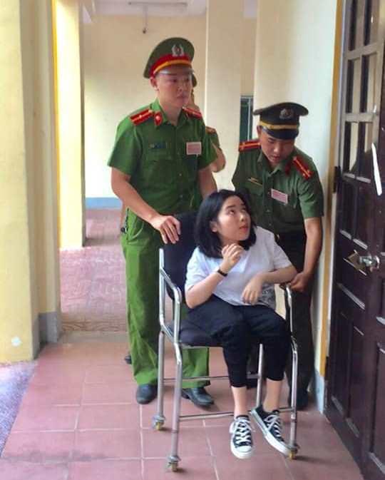 Công an TP Vinh hỗ trợ một thí sinh khuyết tật vào phòng thi tại một điểm thi trên địa bàn TP Vinh