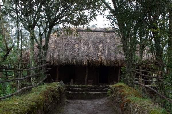 Pirámides de Cochasquí, complejo arqueológico. Viviendas etnográficas.