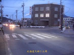 Photo: 東日本大震災による停電で信号機が消え、警官が交通整理をしている様子-3