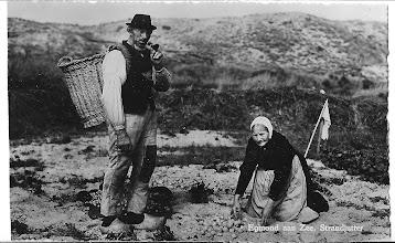 Photo: Vrouwtje aan het aardappelen rooien, even op de foto met de strandjutter. Achterop de foto staat geschreven, Jan Krab en Jannetje Aboes.