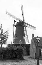 Photo: 1925 - Broekhovenseweg met de Broekhovense molen van de meelfabriek Schraven-Eijsbouts op de hoek van de Ringbaan zuid, toen nog helemaal compleet en in bedrijf. De molen werd halverwege 1985 gesloopt.