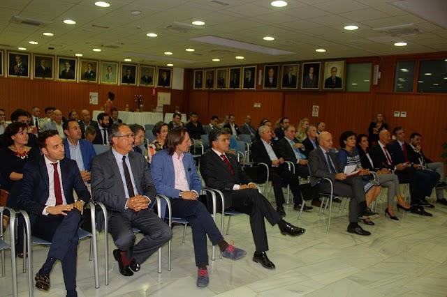 El director comercial de La Voz y concejales de Almería y Vélez Rubio junto a asistentes a la gala.
