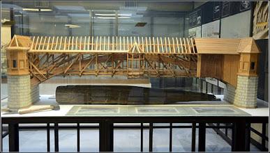 Photo: Podul de lemn peste Arieş din Turda a fost construit între anii 1804-1815. Placa originală a podului precum şi reconstrucţia muzeală a podului se găsesc într-un muzeu din Budapesta.  sursa info R.C. Facebook   Fragmente din placa originala se gasesc si la Muzeul de Istorie din Turda
