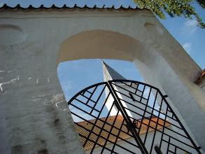 Photo: Beder kirkes tårn set gennem porten