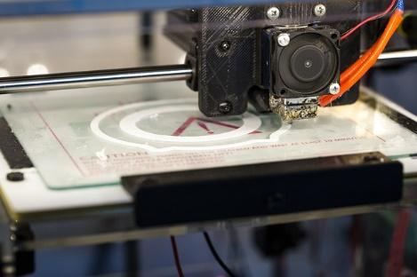 Obraz zawierający wewnątrz, sprzęt elektroniczny, kamera, stół  Opis wygenerowany automatycznie