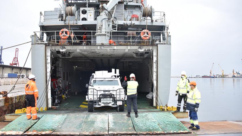El buque Martín Pesadillo con un vehículo adscrito a Naciones Unidas