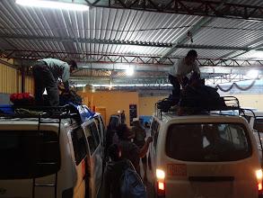 Photo: Colectivo - auto asi pro dvanáct lidí. Měli jsem zaplacenou cestu do městaSan Cristóbal de las Casas a takle si přehazovali naže zavazadla na přestupním místě.