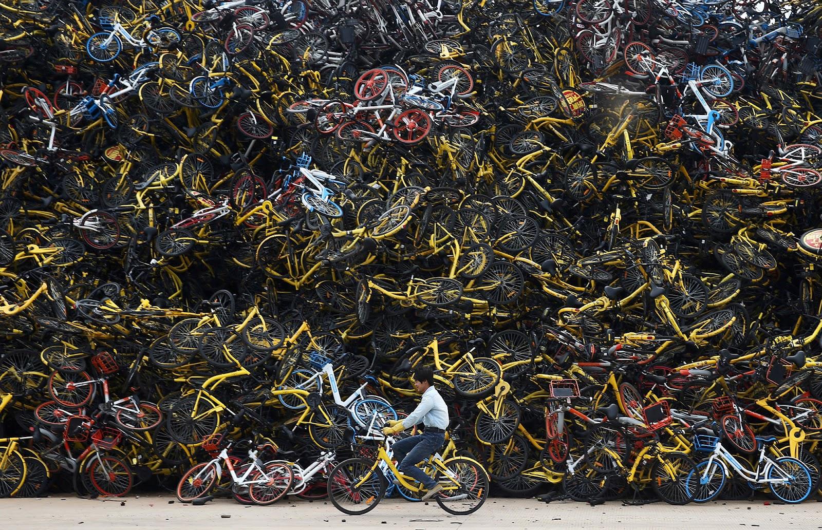 patinetes compartilhadas e bicicletas compartilhadas mortas em cemitério na China.