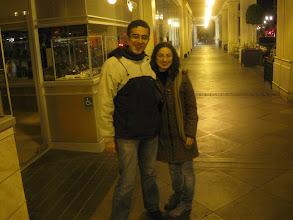 Photo: 11 Şubat 2010 - Santana Row. Ezgi yeşil parkasıyla ben aynı montumla. İkimiz de çok güzel gülmüşüz.