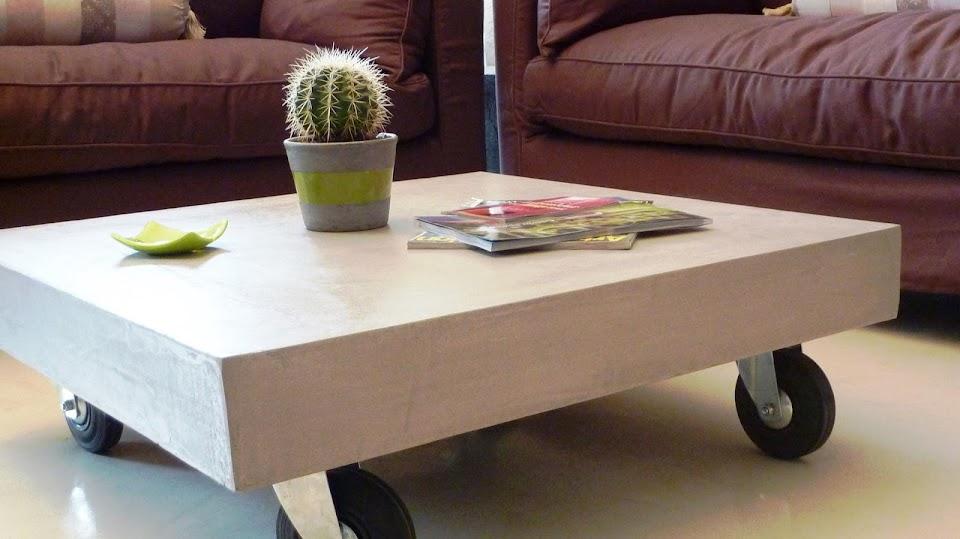 Cette table sur mesure amène une ambiance contemporaine et design à ce séjour