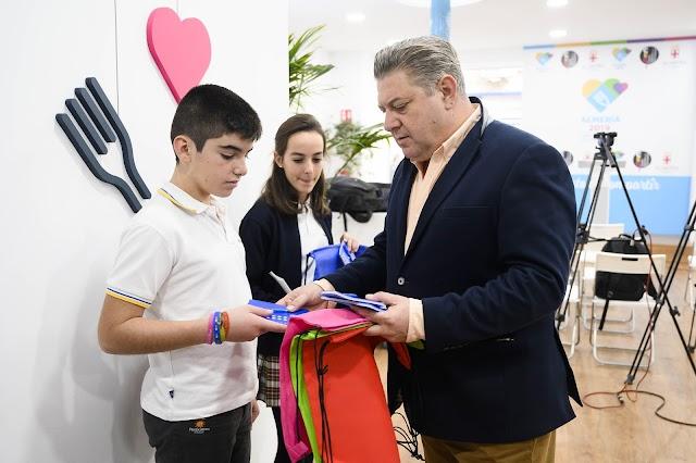 Imagen del concejal entregando materiales a los niños