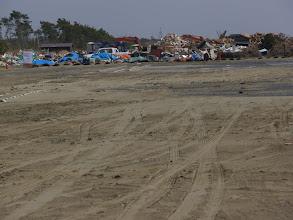 Photo: 山武市蓮沼地区。駐車場が砂に埋もれています。後ろはがれき置き場。