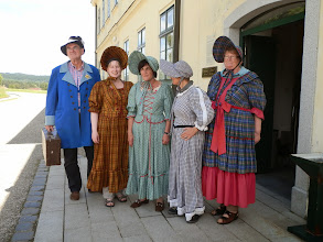 Photo: Historisch gewandet wird auf die Ankunft der Pferdeeisenbahn gewartet.