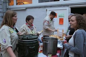 Photo: Het barbecueteam serveert lekkere worsten en brochettes met groenten op stokbrood.