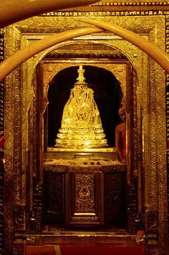 Inside Sacred Temple of the Tooth, Sri Lanka   Monument religieux ...