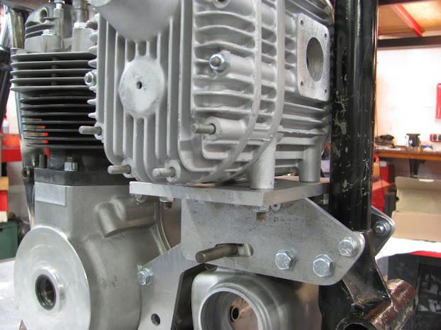 The bracket make by Machines et Moteurs for the blower on pré-unit Triumph.