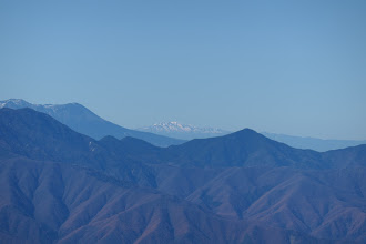 遠くに白山(すでに雪に覆われ)