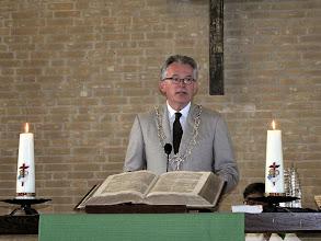 Photo: Burgemeester Schuiling verzorgde de schriftlezing.