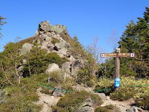 中四阿の山頂は岩の上…