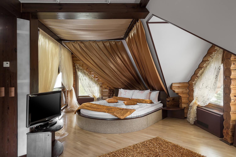 Второй этаж в Люксе больше и кровать тоже больше