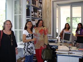 Photo: A bibliotecária Ana Beatriz apresentando a biblioteca do Solar Grandjean de Montigny