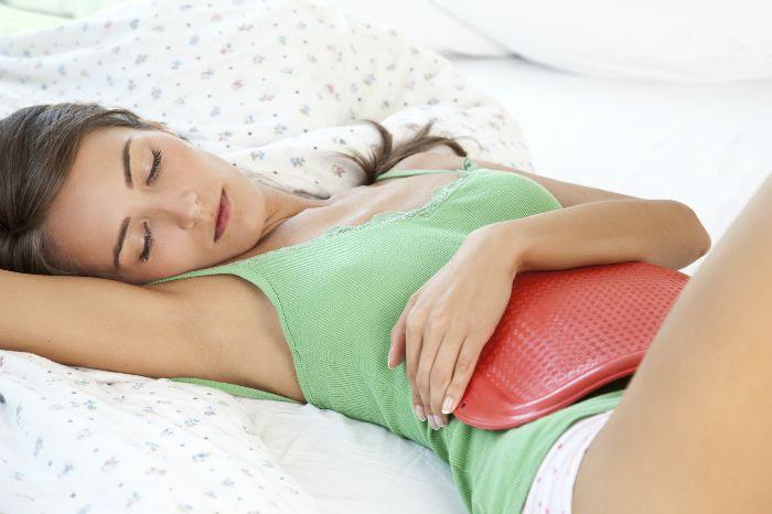 Chườm túi nước nóng lên bụng để làm giảm cơn đau bụng kinh