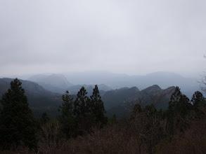 写真: 右に屏風岩(手前)と古光山、左に鎧岳と兜岳、中央奥にght=
