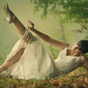 bride garter by Cristi Vescan - Wedding Bride ( bride garter )