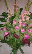 Photo: gerbe à la main réalisée lors de ma formation à eyzin pinet(38) fleurs utilisées: roses, germinis rouge, glaeuils feuillage: salal prix 45 euros