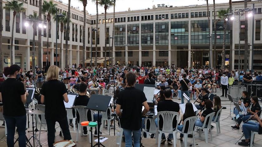 Espectáculo musical de la Banda Sinfónica de El Ejido junto con Los Vinilos.