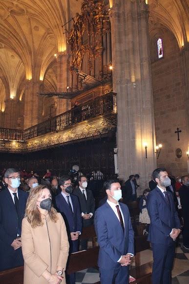 La delegada de Gobierno de la Junta, el presidente de la Diputación y el alcalde de Almería y como fondo el histórico órgano catedralicia, del siglo XVIII.
