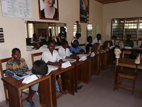 Photo: les studieux élèves devant nos têtes à coiffer, nos miroirs et posters.
