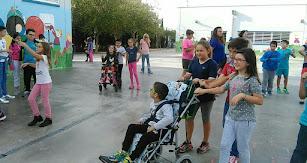 Compartiendo juegos y espacios en el patio del recreo.