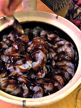 Photo: spreading oyster sauce evenly over the shrimp