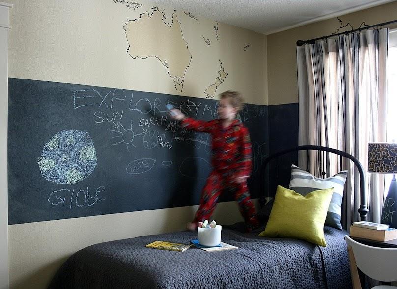 Pokój chłopca z edukacyjną tablicówką na ścianie