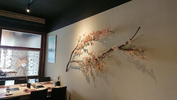 用餐環境雅致, 恍若身處咖啡店的錯覺! 花雕湯頭搭配花雕雞腿肉 最適合現在的季節。