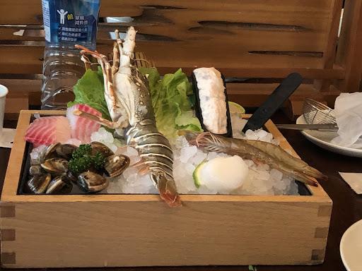 以600多塊的海鮮來說,實在不覺得划算。但是蔬菜跟一些熟食buffet還蠻豐富的。如果是點一般的牛肉、豬肉鍋就很值得