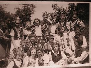 Photo: 35. Dożynki ? Pierwsza z prawej w górnym rzędzie Jadwiga Freidenberg. W I rzędzie: - 2 z lewej to Zofia Berezowska (zam. Kordal), 4 z lewej to Helena Suchorowska (zam. Kanas), 5 z lewej to Stanisław Suchorowski (Rosio); II rząd: 1 z lewej to Karol Suchorowski (oż. ze Stanisławą Dąbrowską) W ostatnim rzędzie po środku to Kazimierz Kordal (oż. się z Zofią Berezowską - tą z I rzędu). W/w Suchorowscy to rodzeństwo. Mój tato to Karol Suchorowski. Po wojnie zamieszkał na Dolnym Śląsku. Komentarz zamieściła Barbara Suchorowska-Włodarczyk (córka Karola Suchorowskiego) W otatnim rzędzie 3 od lewej strony to Bronisława Mendocha, następna osoba to Stefania Kryza (zam. Dąbrowska)