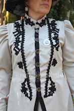Photo: Casaca e saia vitoriano tardio de passeio aproximadamente da década de 1898, em gabardine bege claro e aplicação de renda preta.  A partir de R$ 200,00.  Underwear: Chemise e bloomer em algodão preto, anágua em algodão branca e camisa de babados).