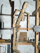 """Photo: Im """"Wissenschaftsraum"""" findet man ein selbstgebautes Skelett für Unterichtszwecke."""