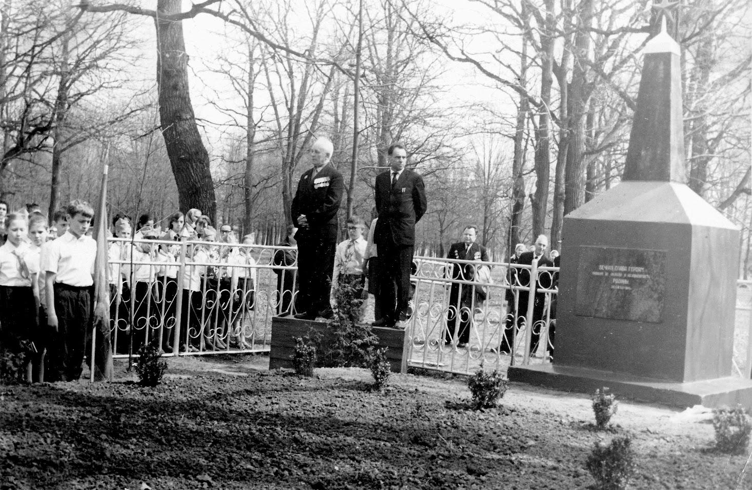 Митинг у Братской могилы Луговой. 1957 год