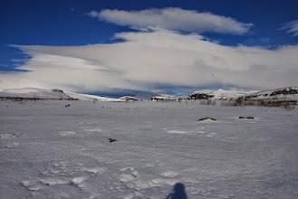 Kuva: Seuraavana päivänä vain pieni siirto itään. Porojärven laaksoa Porojärven länsipäästä kuvattuna. Yritys koskille, mutta kahluuksi meni. Lämmintä varjossakin lähes + 10 astetta