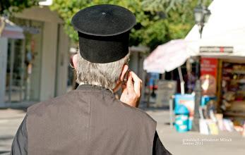 Photo: griechisch orthodoxe Priestermütze - Mönch und mobile phone